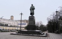 Gogol's sculpture by Tomsky on Gogolevsky bulvar. Moscow, 2009